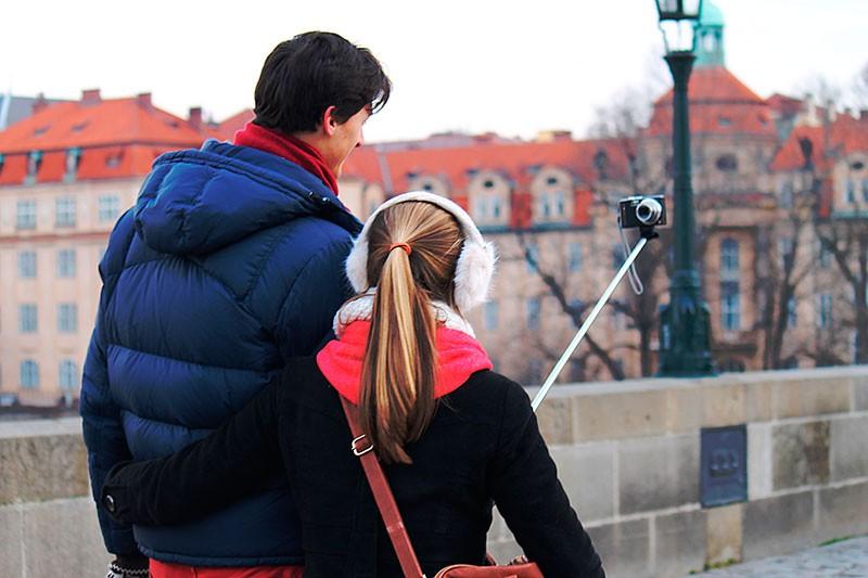 La perche à selfie est un vrai phénomène de masse qui va vous permettre de vous prendre vous-même en photo avec votre famille ou votre groupe d'amis