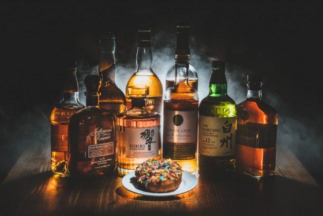 Comment a été prise cette photo ? Le whisky et le donut